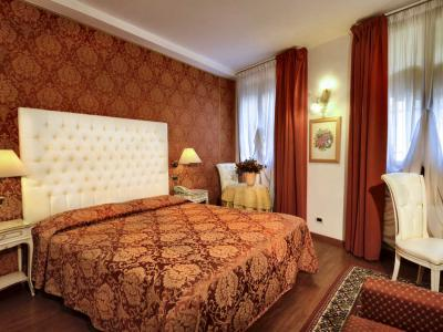"Room n' 11  ""HORTENSIA"" large recently renovated double room at the groundfloor with view overlooking the square."