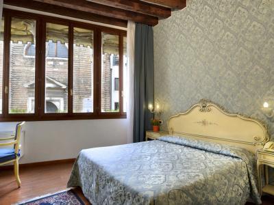 """Stanza n' 12 """"POEONIA"""" camera doppia standard ( con la possibilià di avere 2 letti separati ) , al primo piano, con vista sul Campo San Giovanni Novo."""