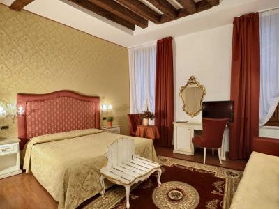 """Stanza 16 """" ROSA """" camera tripla standard ( ottima per le famiglie ) con la possibilità di aggiungere un 4' letto."""