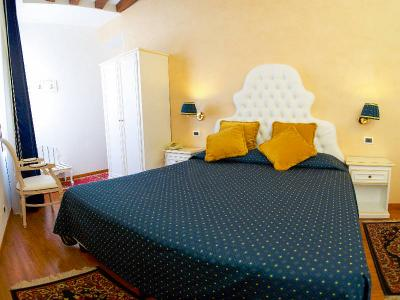 "Room n' 18 ""PENSEèS"" double standard room, recently renovated, at the first floor with view overlooking the square."